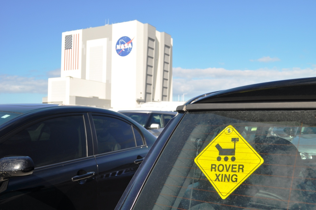 Rover Xing Sign and VAB, MSL NASATweetup, Kennedy Space Center, Fla., Nov. 25, 2011